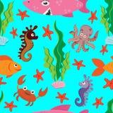 Яркая безшовная картина покрашенных диаграмм морской флоры и фауны: большая розовая акула, рыба, краб, осьминог, морской конек, з иллюстрация штока