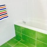 Яркая ванная комната в зеленых и белых цветах Стоковые Фотографии RF