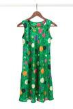 яркая вешалка зеленого цвета платья деревянная Стоковое Фото