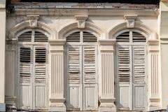 Яркая винтажная китайско-португальская архитектура много здания в городке Пхукета стоковая фотография rf