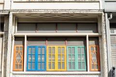 Яркая винтажная китайско-португальская архитектура много здания в городке Пхукета стоковые фотографии rf