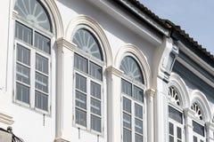 Яркая винтажная китайско-португальская архитектура много здания в городке Пхукета стоковые фото