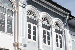 Яркая винтажная китайско-португальская архитектура много здания в городке Пхукета стоковые изображения