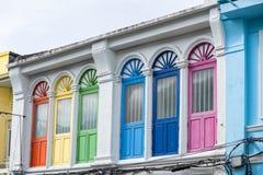 Яркая винтажная китайско-португальская архитектура много здания в городке Пхукета стоковое фото rf