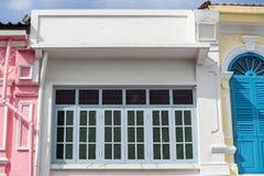 Яркая винтажная китайско-португальская архитектура много здания в городке Пхукета стоковые изображения rf