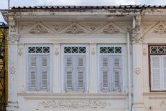 Яркая винтажная китайско-португальская архитектура много здания в городке Пхукета стоковое изображение