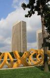 Яркая желтая скульптура обрамляя современную архитектуру, площадь Имперского штата, Albany, 2015 Стоковое Фото