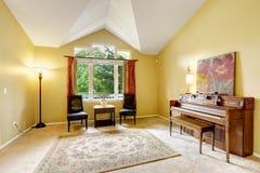 Яркая живущая комната с античным роялем Стоковая Фотография RF