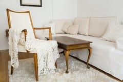 Яркая живущая комната с софой и винтажным оформлением стоковые изображения