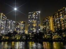 Яркая звезда светя над городом рекой Стоковое Фото