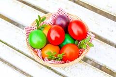 Яркая и красочная пасха, покрашенные яичка на белой предпосылке Стоковое Изображение