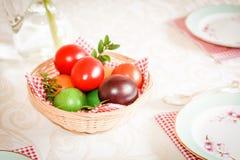 Яркая и красочная пасха, покрашенные яичка на белой предпосылке Стоковое фото RF
