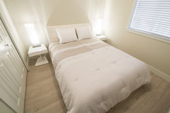 Яркая и чистая современная спальня Стоковые Фото