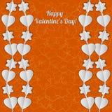 Яркая карточка дня валентинки с белыми гирляндами сердец и цветков Стоковые Изображения