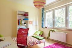 Яркая комната девушки с белой мебелью Стоковые Фотографии RF