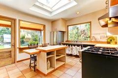 Яркая комната кухни в старом доме Стоковое Фото