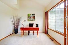 Яркая комната офиса с высокими потолками и большим французским окном Стоковая Фотография RF