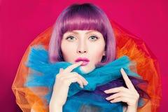 Яркая концепция расцветки Женщина с волосами расцветки Стоковая Фотография
