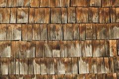 Яркая коричневая текстурированная старая деревянная стена плиток стоковая фотография