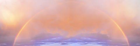 Яркая красивая полная радуга на предпосылке покрашенного пасмурного sry захода солнца промежутка времени Сезон, лето, явление при стоковое изображение rf