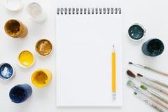 Яркая краска гуаши с пустым положением квартиры sketchbook Стоковое Изображение