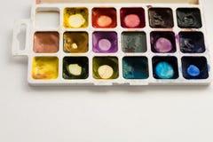 Яркая красочная акварель красит с палитрой на белой предпосылке Поднос акварели конца-вверх Школа и концепция творческих способно стоковые изображения rf