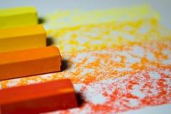 Яркая, красочная пастель на белой предпосылке с картиной Стоковая Фотография