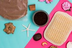 Яркая красочная розовая предпосылка курорта, взгляд сверху, стилизованное фото, взгляд сверху Шоколад кокоса scrub в опарнике, гу стоковые фотографии rf