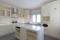 Яркая кухня в стиле Провансали стоковые фото