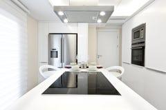 яркая кухня самомоднейшая стоковое фото rf