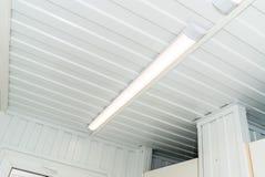 Яркая люстра на белом потолке стоковые фотографии rf