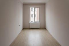 Яркая малая комната новой квартиры с одним окном стоковое фото rf