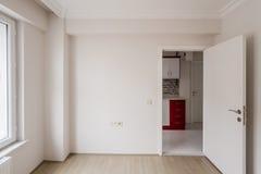 Яркая малая комната новой квартиры с одной открыть дверью стоковое фото rf