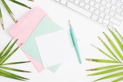 Яркая насмешка моды положения квартиры вверх: белая клавиатура, золотые листья ладони, красочная ручка карточек, конверта и погру Стоковое Изображение