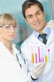 яркая наука людей лаборатории стоковая фотография rf