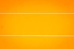 Яркая оранжевая стена цемента с белыми текстурой и backgrou нашивки Стоковые Изображения