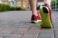 Яркая пара ботинок бега по мере того как кто-то подготавливает пойти jogging стоковые фото