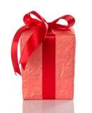 Яркая подарочная коробка с красным смычком Стоковые Изображения RF