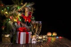Яркая праздничная предпосылка с светами и ангелом петь стоковое фото
