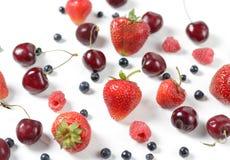 Яркая предпосылка с свежими ягодами, клубника лета, ежевика, вишня План взгляд сверху Стоковое Фото