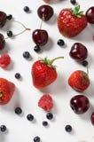 Яркая предпосылка с свежими ягодами, клубника лета, ежевика, вишня План взгляд сверху Стоковые Фотографии RF