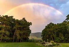 Яркая радуга над долиной Стоковая Фотография RF