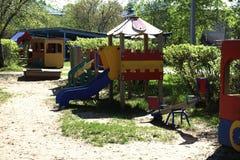 Яркая расцветка нового здания детского сада в западной части города  Стоковое Фото