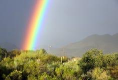 Яркая радуга в общине пустыни Аризоны Стоковое Изображение RF