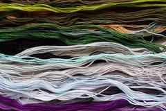Яркая радужная зубочистка потока для вышивки и needlework Шить потоки для конца-вверх вышивки Стоковые Изображения