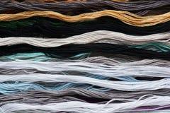 Яркая радужная зубочистка потока для вышивки и needlework Шить потоки для конца-вверх вышивки Стоковое фото RF