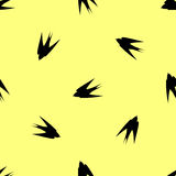 Яркая свежая предпосылка весны Безшовные ласточки картины летают в различные направления Стоковое фото RF