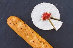 Яркая сочная зрелая часть плодоовощ смоквы и сметанообразного швейцарского сыра камамбера и кудрявого золотого свежего багета лук Стоковая Фотография RF