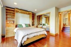 Яркая спальня с комбинацией хранения, войной зеркала раздвижной двери Стоковое Фото