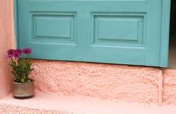яркая стена бирюзы Греции зеленая розовая Стоковая Фотография